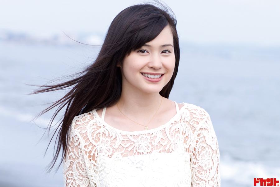 市道真央 女優・声優・タレントとマルチに活躍!透明感溢れる愛らしい笑顔&透き通るような白美肌の魅力がココに