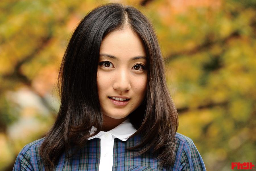 紗綾 胸元ざっくり衣装に身を包み初キャバ嬢役でヒロインに挑む