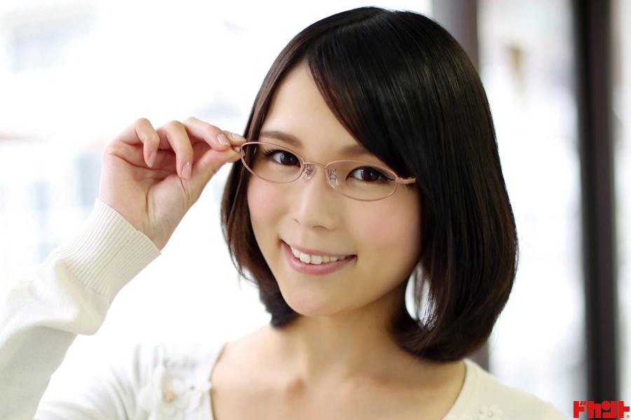 土岐麻梨子 清楚なメガネっ娘が大胆露出で魅了